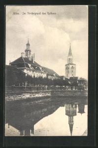 AK Mitau, Im Vordergrund das Rathaus mit Wasserspiegelungen