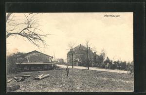AK Montfaucon, Blick auf Baumstämme, Häuser und Strasse