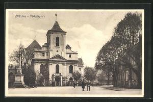 AK Züllichau / Sulechow, Viktoriaplatz mit Kirche und Passanten