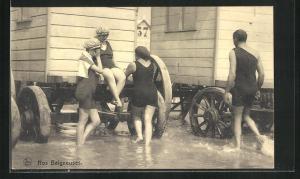 AK Damen in Badeanzügen und Badehauben auf einem Wagenende sitzend