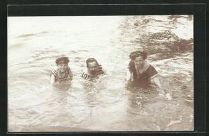 AK Familie badet im See, gestreifte Bademode