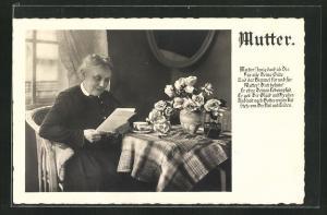 AK Älte Dame liest am Tisch einen Brief, Muttertag