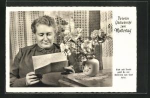AK Ältere Dame liest einen Brief, Glückwunsch zum Muttertag