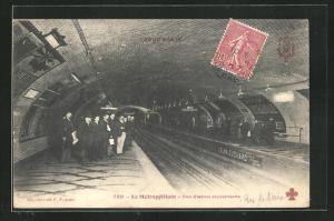 AK Le Metropolitain, Une Station souterraine, Fahrgäste am Bahnsteig einer U-Bahn