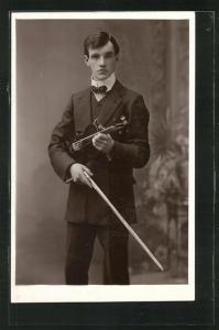 AK Junger Herr im Anzug mit Geige
