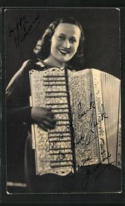 AK Dame spielt Akkordeon