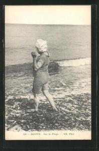 AK Dieppe, Sur la Plage, Dame im Badeanzug am Strand
