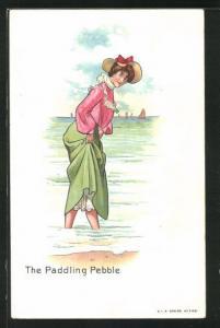 Künstler-AK The Paddling Pebble, Dame geht mit den Füssen am Wasser entlang