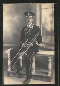 AK charmanter Soldat mit Trompete in Uniform