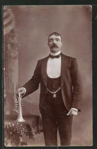 AK elegant gekleideter Herr mit Trompete