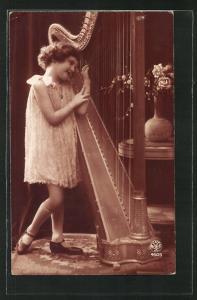 AK bezauberndes Mädchen spielt an einer Harfe