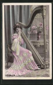 AK wunderschönes Fräulein spielt an einer Harfe