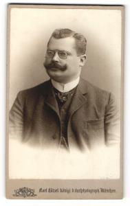 Fotografie Karl Lützel, München, Portrait Herr mit Schnauzer & Brille im Anzug