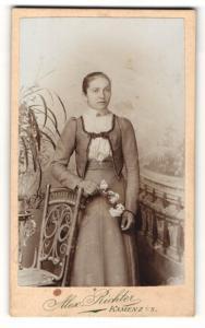 Fotografie Alex. Richter, Kamenz i. S., Frau im Kleid mit Blumenzweig stehend