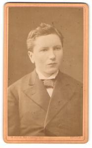 Fotografie W. Zink, Gotha, Portrait halbwüchsiger Knabe in Anzug