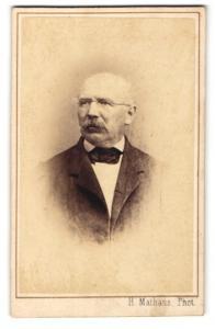 Fotografie H. Mathaus, München, Portrait betagter Herr mit Brille und Schnauzbart