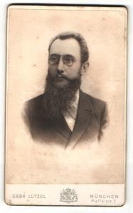 Fotografie Gebr. Lützel, München, Portrait Herr mit Vollbart und Zwicker