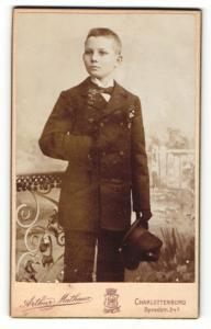 Fotografie Arthur Mathaus, Berlin-Charlottenburg, Portrait Knabe in feierlichem Anzug