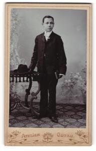Fotografie Atelier Gutau, Berlin-O, Portrait Knabe in feierlichem Anzug