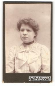 Fotografie Tr. Friedemann, Dresden-A, Portrait hübsch gekleidete Dame mit Halsband und Herzkette