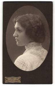 Fotografie Wera Krause, Königshütte, Portrait hübsch gekleidete Dame mit Hochsteckfrisur