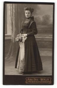 Fotografie Max Dax, Berlin, Portrait junge Dame im eleganten Kleid mit Blumen