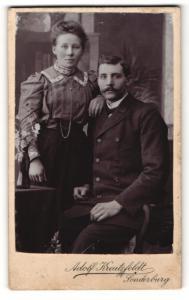 Fotografie Adolf Kreutzfeldt, Sonderburg, Portrait bürgerliches Paar in hübscher Kleidung