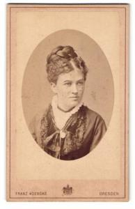 Fotografie Franz Koebcke, Dresden, Portrait hübsch gekleidete Dame mit Flechtfrisur und Halsband