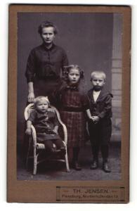 Fotografie Th. Jensen, Flensburg, Portrait Mutter mit ihren drei Kindern