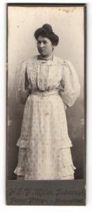 Fotografie H. F. W. Müller, Bodenteich, Portrait hübsch gekleidete Dame mit Hochsteckfrisur
