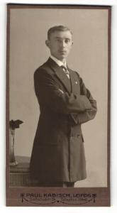 Fotografie Paul Kabisch, Leipzig, Portrait elegant gekleideter Herr mit verschränkten Armen