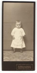 Fotografie A. Krzywinski, Grossröhrsdorf i / S., Portrait niedliches Kleinkind im weissen Kleid