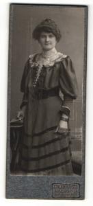 Fotografie Atelier Härtel, Limbach i / Sa., Portrait hübsch gekleidete Dame mit Hochsteckfrisur