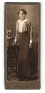 Fotografie Atelier Fr. Borrmann, Coswig / Anh., Portrait hübsch gekleidete Dame an Tisch gelehnt