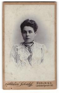 Fotografie Atelier Schahl, Berlin-NO, Portrait hübsch gekleidete Dame mit Hochsteckfrisur