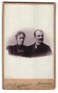 Fotografie F. Renziehausen, Hannover, Portrait bürgerliches Paar in eleganter Kleidung