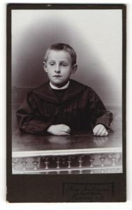 Fotografie Max Hoffmann, Pulsnitz i. S., Portrait Bub mit kurzem Haar
