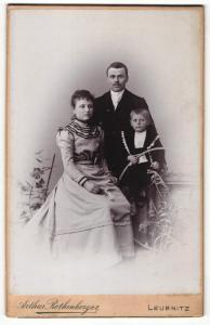 Fotografie Arthur Rothenberger, Leubnitz, Portrait elegant gekleidetes Paar und Sohn mit Reifen