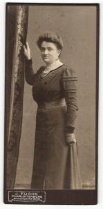 Fotografie J. Fuchs, Berlin-Charlottenburg, Portrait bürgerlich gekleidete Dame mit Hochsteckfrisur