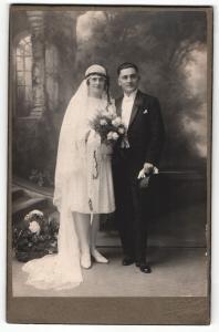 Fotografie unbekannter Fotograf und Ort, Portrait bürgerliches Paar in Hochzeitskleidung mit Blumenstrauss
