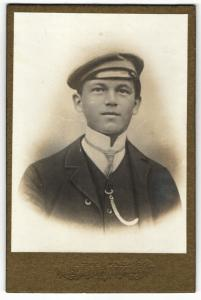 Fotografie Fotograf & Ort unbekannt, Portrait niedlicher Bube mit Mütze im Anzug