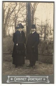 Fotografie Fotograf & Ort unbekannt, Portrait elegant gekleidetes älteres Paar in Mänteln