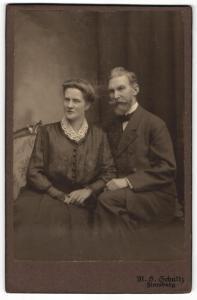 Fotografie M. B. Schultz, Flensburg, Portrait stattlich elegant gekleidetes Paar
