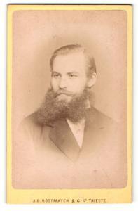 Fotografie J. B. Rottmayer & Co., Trieste, Portrait stattlicher junger Mann mit Vollbart