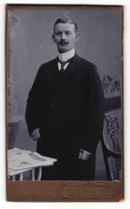 Fotografie Otto Martin, Dresden-Löbtau, Portrait Herr in eleganter Kleidung mit Krawatte und Schnauzbart