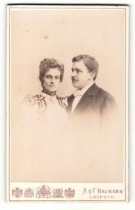 Fotografie A. & F. Naumann, Leipzig, Portrait bürgerliches Paar in hübscher Kleidung