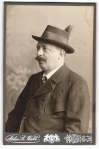 Fotografie B. Wehle, Dresden, Portrait Herr mit Schnauzbart in Anzug mit Hut