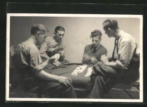 Foto-AK Männer beim Kartenspiel