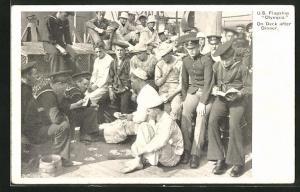 AK Kriegsschiff U. S. Flagship Olympia, Soldiers on Deck after Dinner, Matrosen beim Kartenspiel
