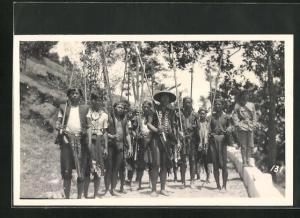 Foto-AK Mit Lanzen bewaffnete Männer, Indigene Bevölkerung von Asien